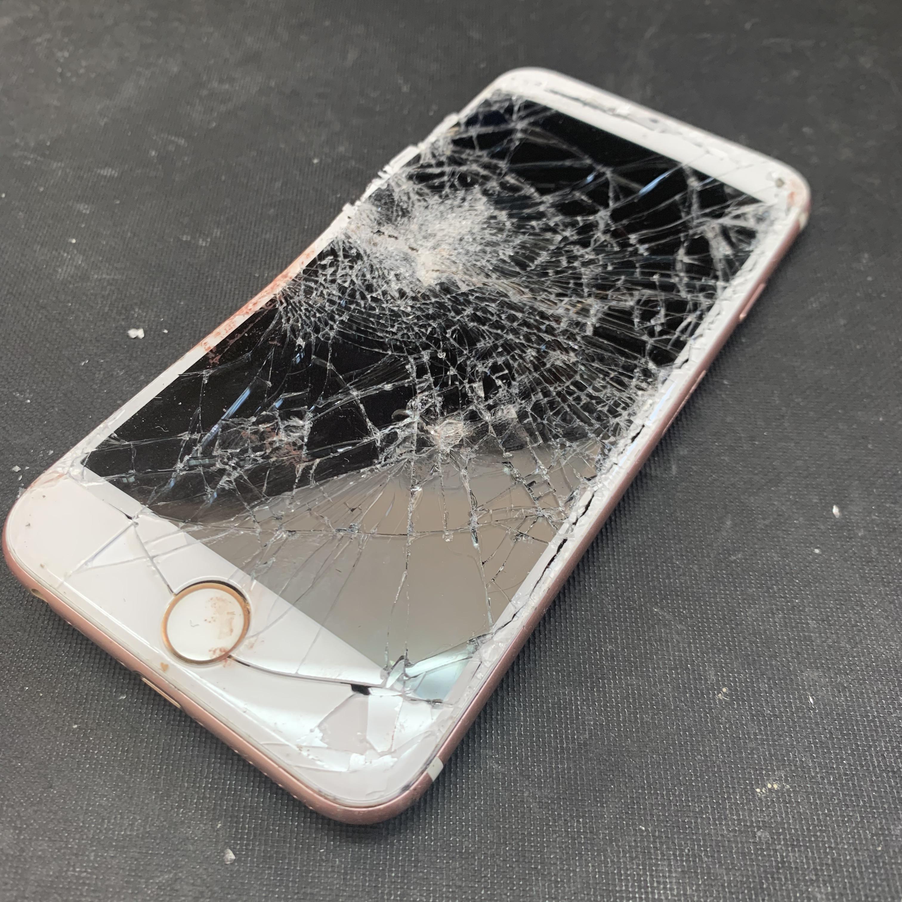 大破したiPhone6Sの画面