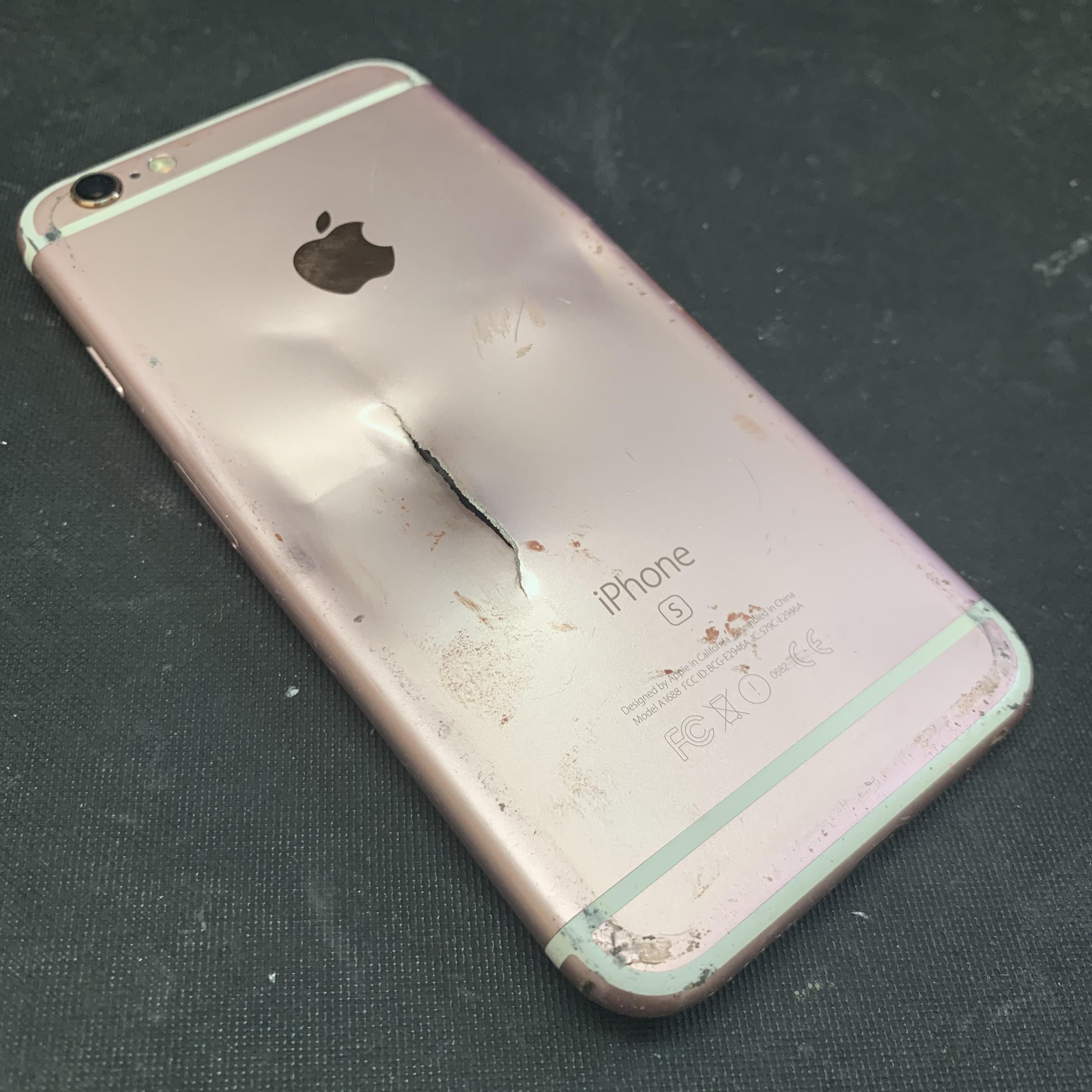 大破したiPhone6Sの裏面