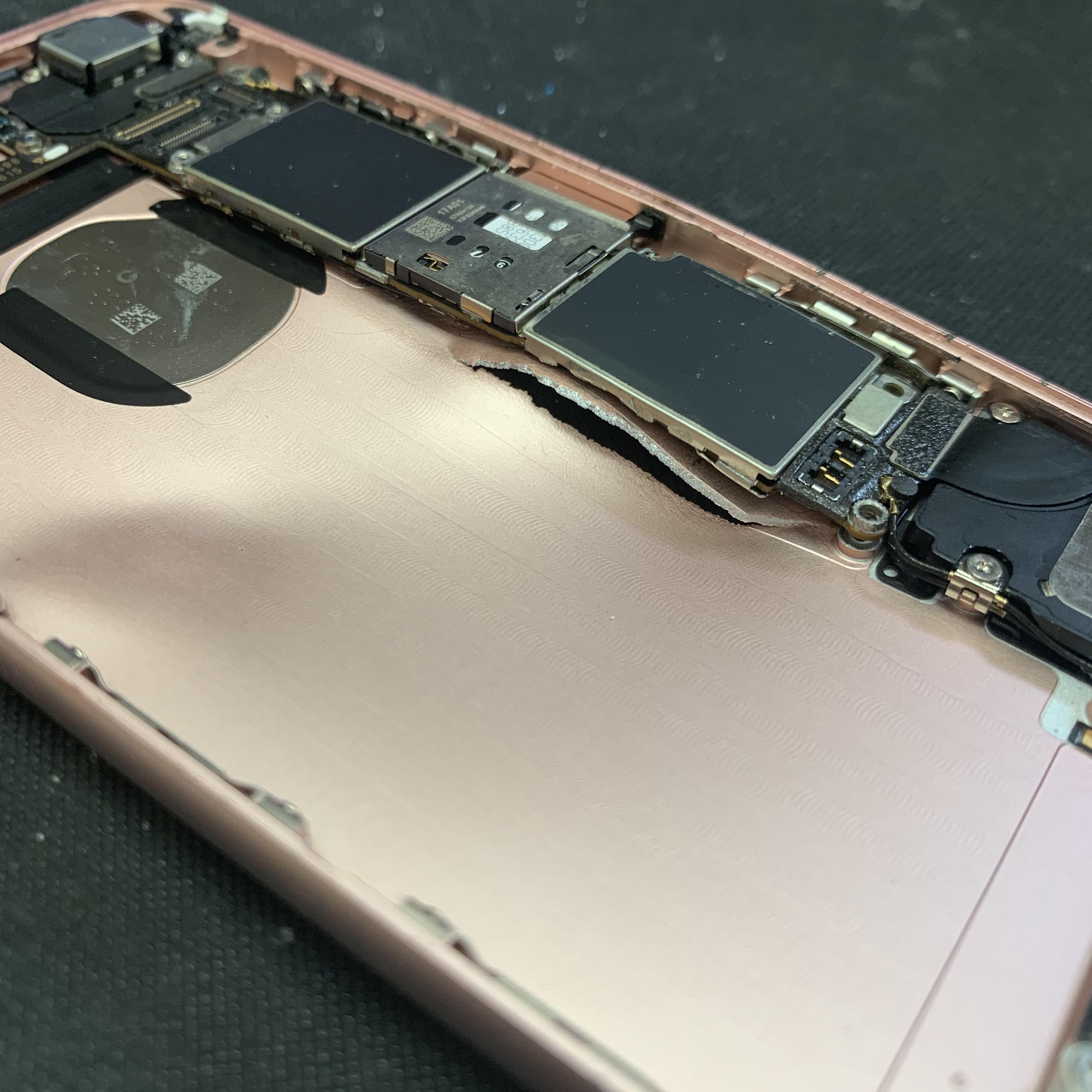 大破したiPhone6Sの曲がった基板