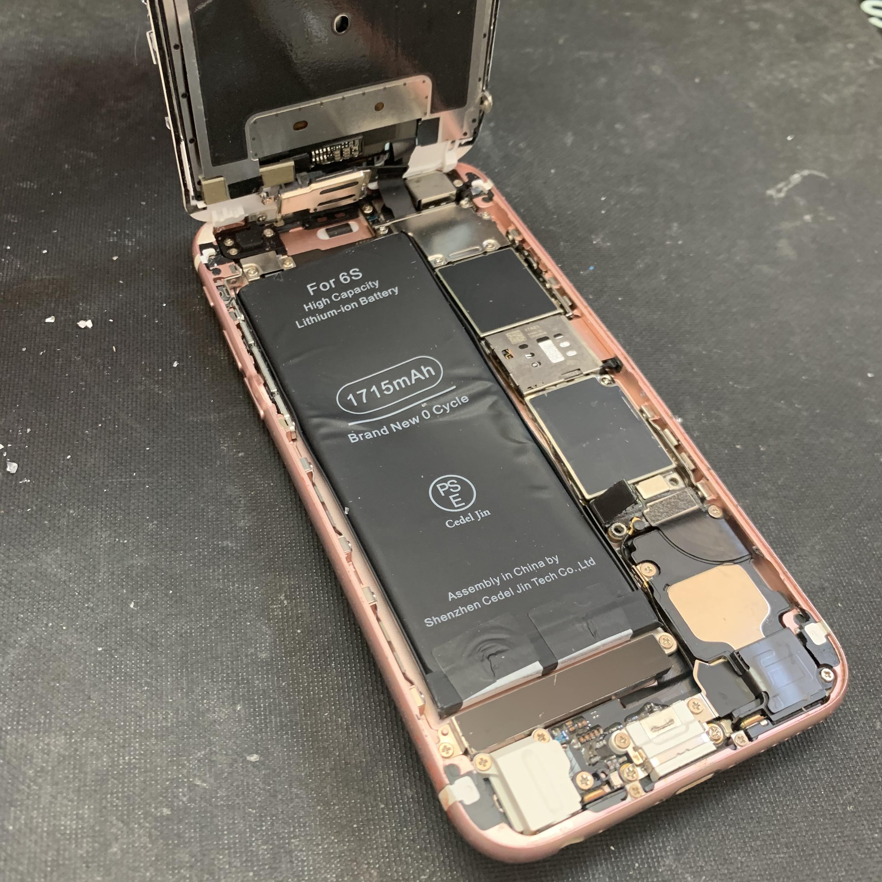 大破したiPhone6Sの内部