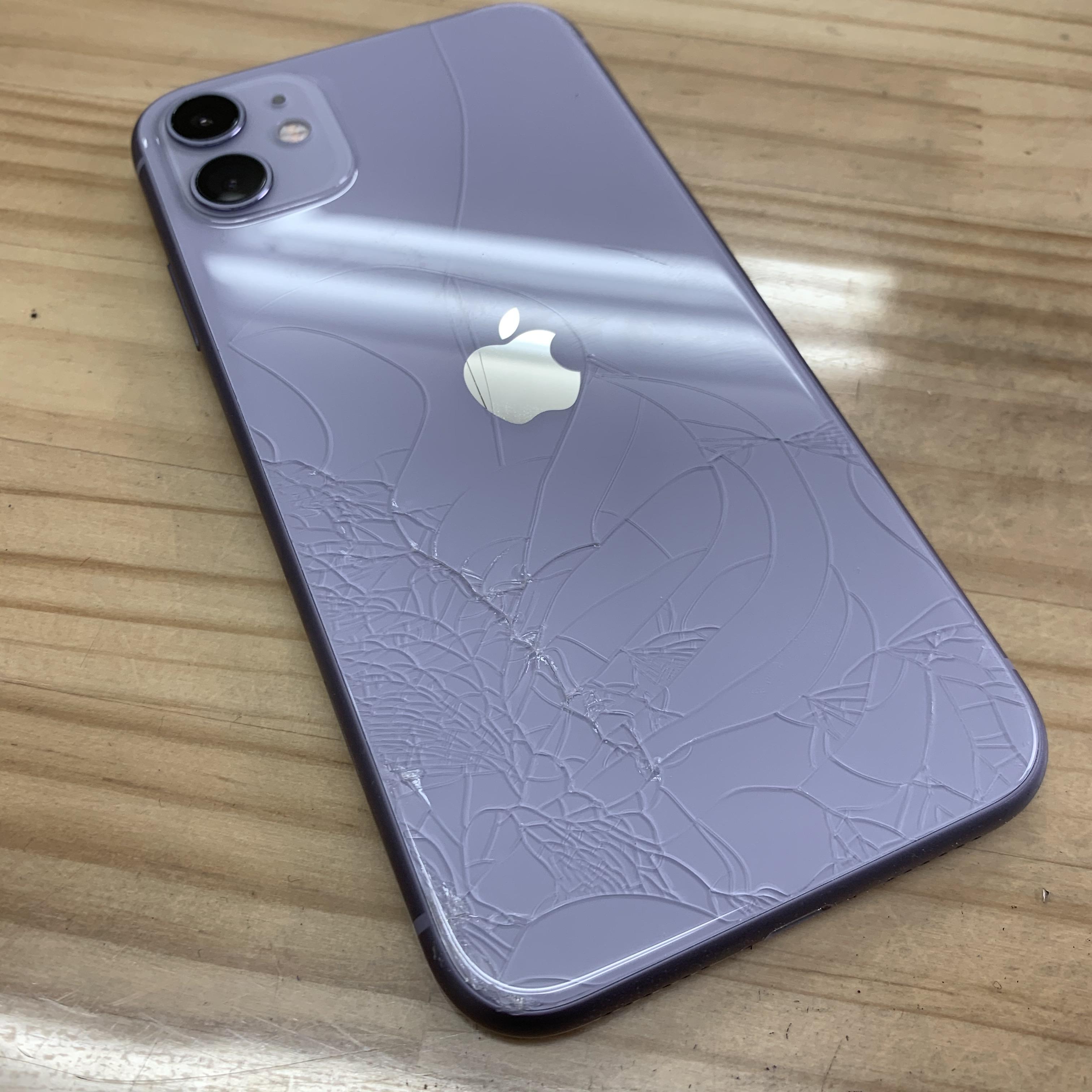 背面ガラスが割れたiPhone11