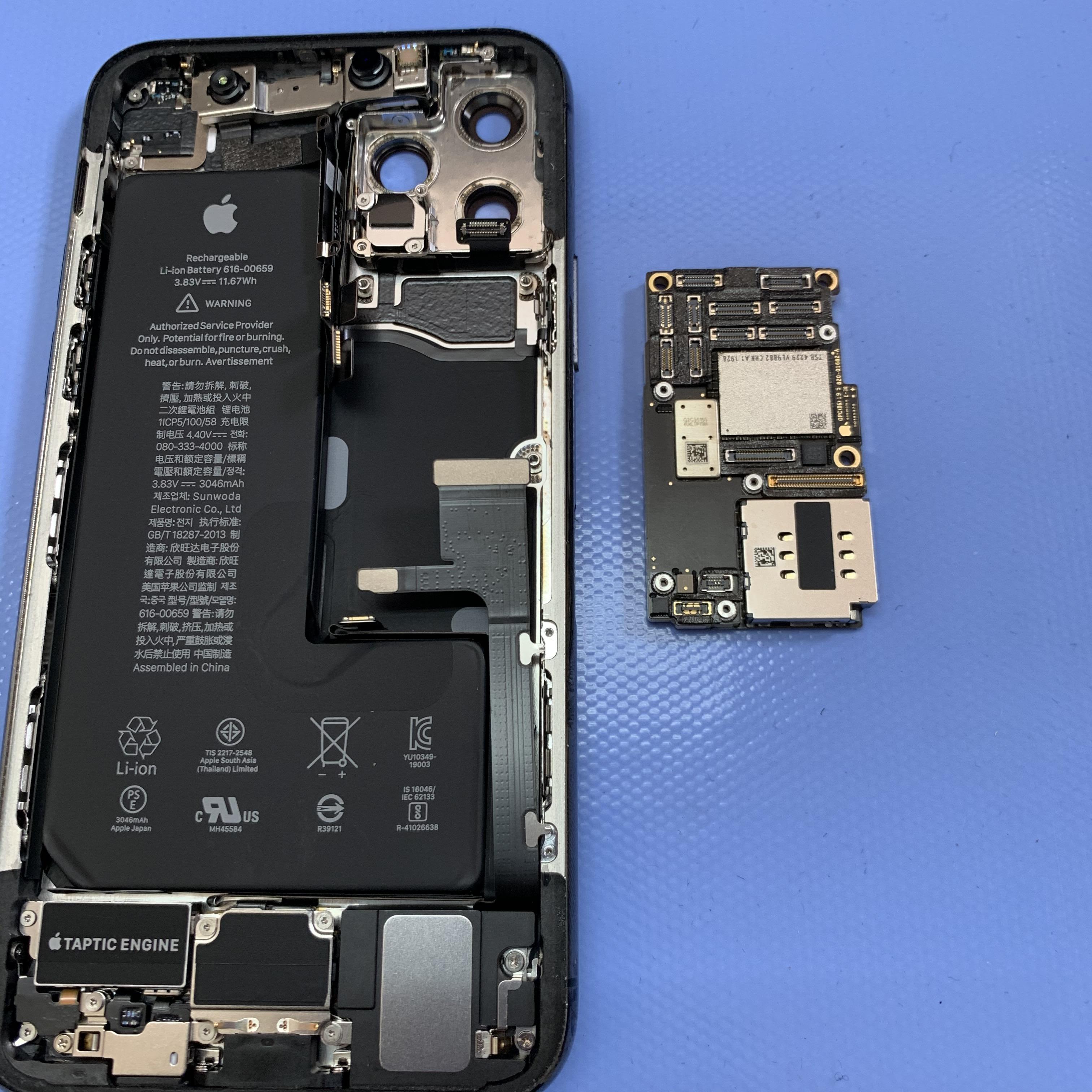 二層化されたiPhone11Proの基板を外す
