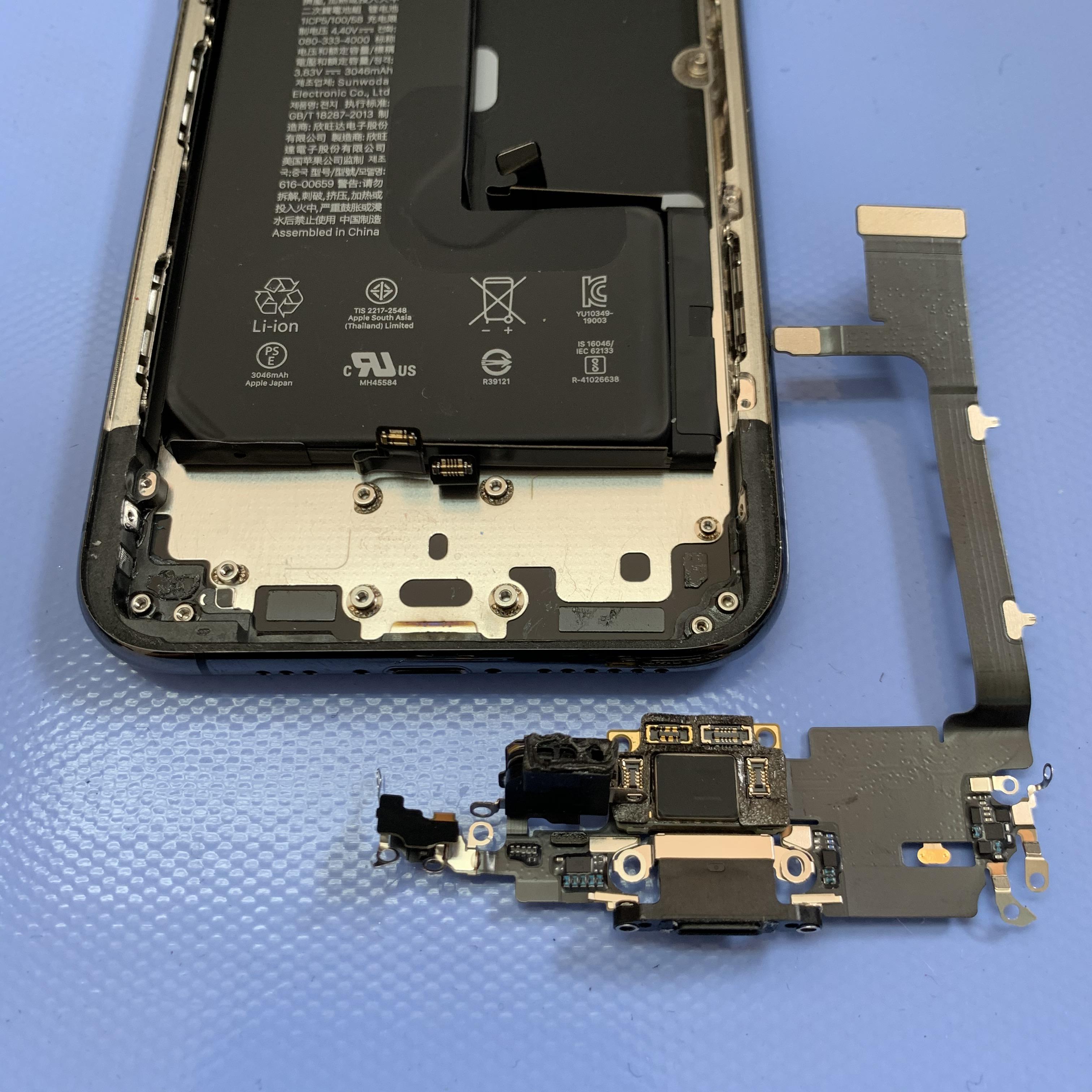 iPhone11Proのライトニングコネクタを外す